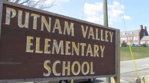 PutnamValleyCentralSchoolDistrict'scombinedenrollmentinitselementary,middleandhighschoolisover1,800students.