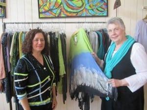 BarbaraGalazzo,left,andMarilynHeberling,withpotentialartworkfromArttoWearToo. PhotobyA.Rooney