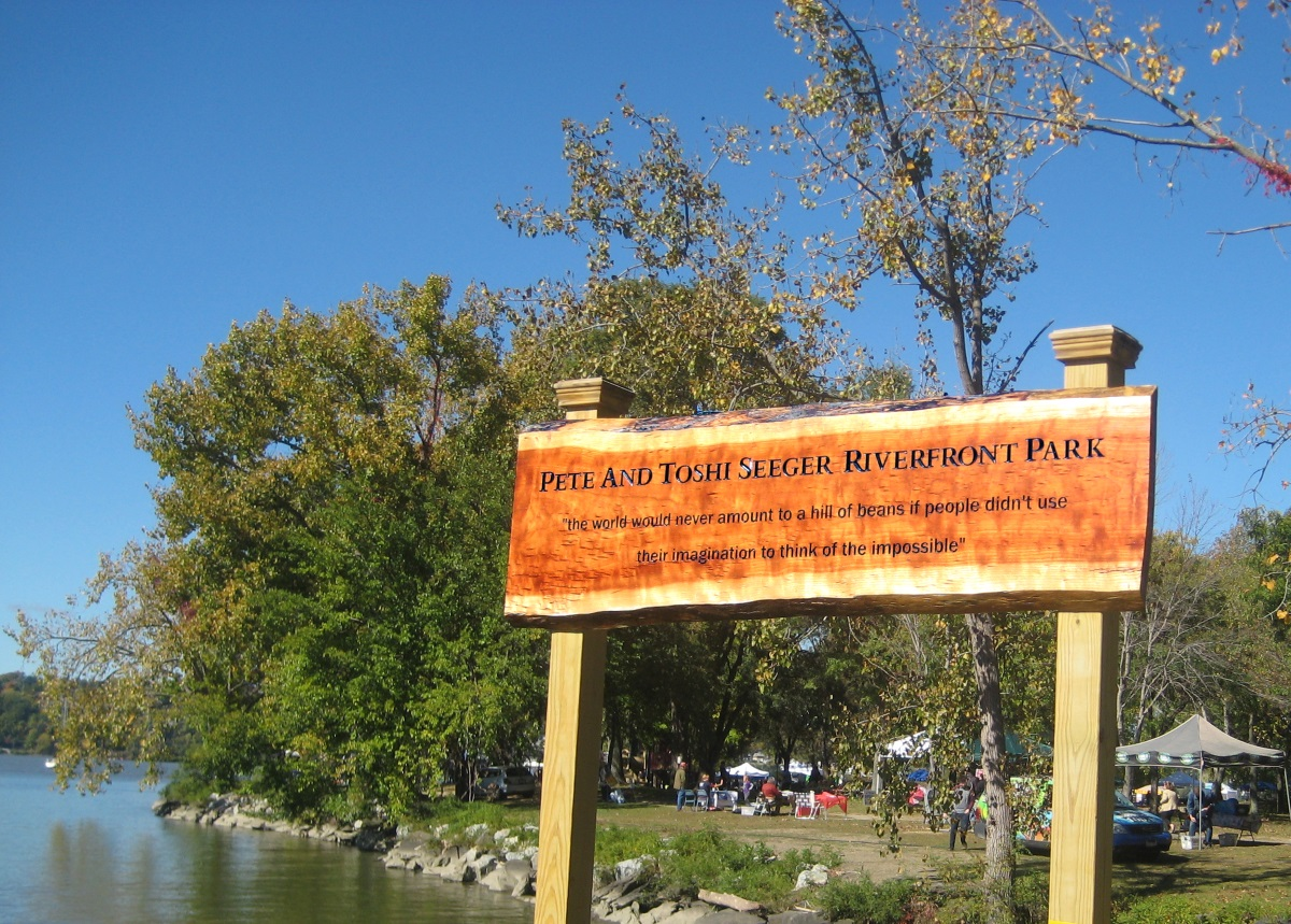 Pete and Toshi Seeger New Park Sign BeaconPumpkin2014a KVikstromPhoto