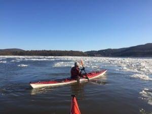 Coldwatercanbefatal.Kayakersmustdressforthewatertemperature,nottheweather.(PhotocourtesyofHudsonRiverExpeditions)