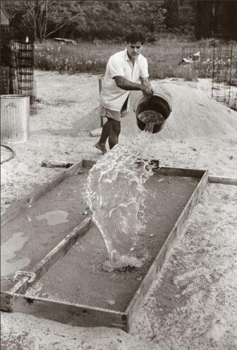 Nivola preparing the sand